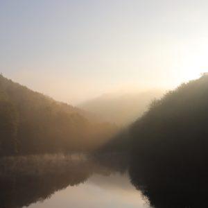 Morgennebel über Bergsee 1